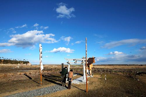写真:再建された社にお参りする人たち=1日午後2時28分、福島県南相馬市、林敏行撮影