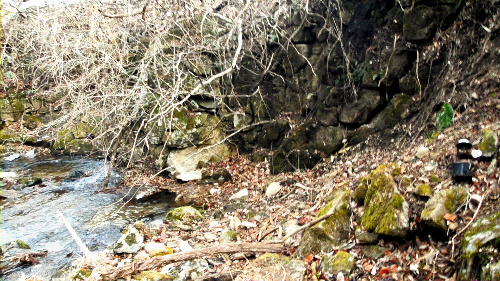 写真:作業員4人が土砂を落とさせられた沢。川が黄土色になったという=12月16日、田村市