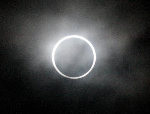 写真:鹿児島県南大隅町の佐多岬で、雲の切れ間から見えた金環日食=21日午前7時21分、岩下毅撮影