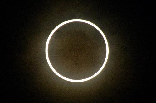 写真:東京都墨田区で見えた金環日食=21日午前7時34分、小川智撮影