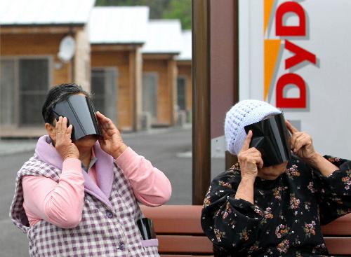 写真:日食を見る仮設住宅の人たち=21日午前8時41分、福島県郡山市富田町、山本裕之撮影