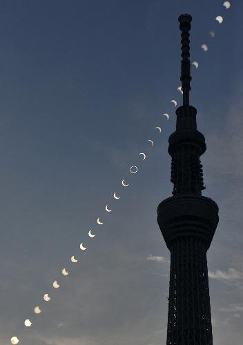 写真:東京スカイツリー(東京都墨田区)をかすめる金環日食の連続写真=21日、小川智撮影(午前6時29分から8時34分まで5分間隔で撮影した写真を合成)