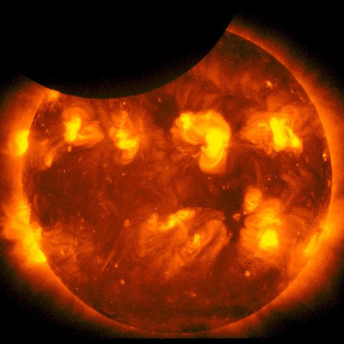 写真:太陽観測衛星「ひので」が撮影した部分日食のX線太陽画像、部分日食終了の2分前=21日午前6時48分、JAXA/国立天文台提供