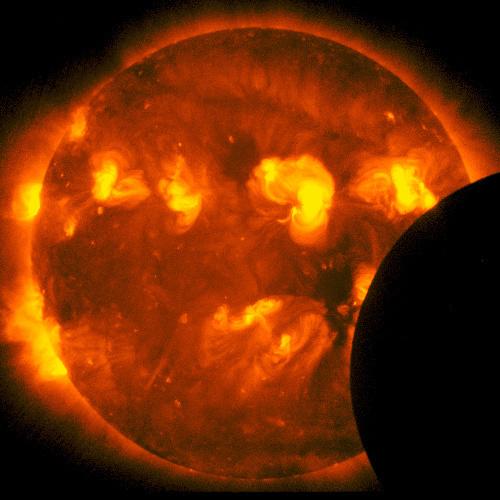 写真:太陽観測衛星「ひので」が撮影した部分日食のX線太陽画像、部分日食開始から2分後=21日午前6時35分、JAXA/国立天文台提供