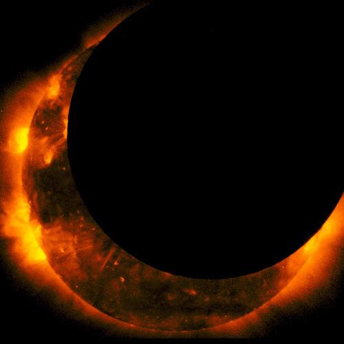 写真:太陽観測衛星「ひので」が撮影した部分日食のX線太陽画像、最大食=21日午前6時41分、JAXA/国立天文台提供