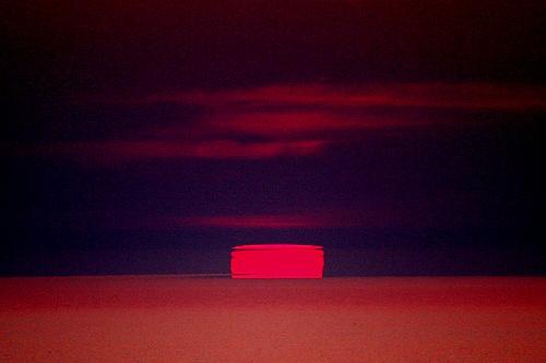 写真:(5)最後は四角、長方形になって沈む太陽=北海道網走市の能取岬から