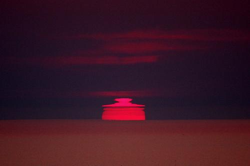 写真:(4)鍋ぶた形の太陽=北海道網走市の能取岬から