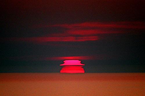 写真:(3)帽子形の太陽=北海道網走市の能取岬から