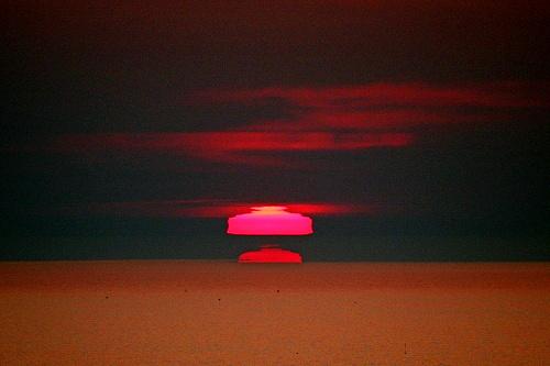 写真:(2)ランプシェード形の太陽=北海道網走市の能取岬から