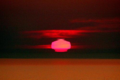 写真:(1)ちょうちん形の太陽=北海道網走市の能取岬から