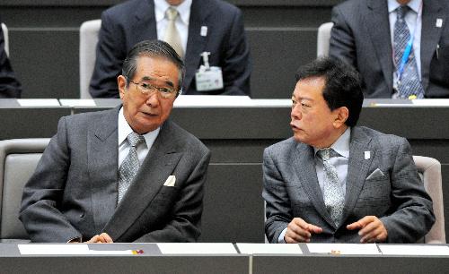 写真:都議会に出席した石原慎太郎知事(左)。右は猪瀬直樹副知事=31日午後1時、東京都新宿区、福留庸友撮影