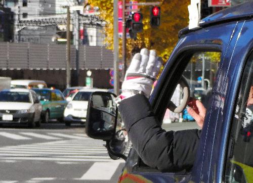 写真:選挙カーから手を振る都知事選の候補者=都内