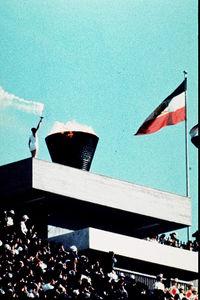 写真:東京五輪の聖火が最終ランナーの坂井義則さんによって聖火台に点火された=1964年10月10日、国立競技場