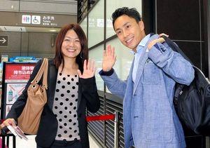 写真:IOC総会へ向けて出発する太田雄貴(右)=28日午前、成田空港