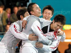 写真:ロンドン五輪フェンシング男子フルーレ団体の決勝進出を決めて喜ぶ(右から)千田健太、淡路卓、太田雄貴、三宅諒