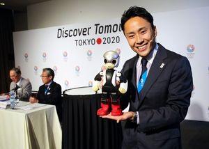 写真:「MIRATA」とともに登場した太田雄貴(右)。後方は東京招致委員会の竹田恒和理事長と張富士夫トヨタ名誉会長(左)=矢木隆晴撮影