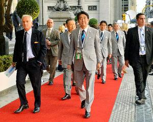 写真:6日午後、IOC総会の開会式が開催されるアルゼンチン・ブエノスアイレスのコロン劇場に入る安倍晋三首相=代表撮影