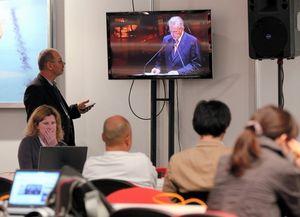 写真:メインメディアセンターで開会式を見守る報道陣=矢木隆晴撮影