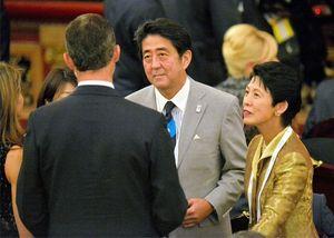 写真:6日、ブエノスアイレスでの国際オリンピック委員会(IOC)総会の開会式前に出席者と言葉を交わす安倍首相と高円宮妃久子さま=代表撮影