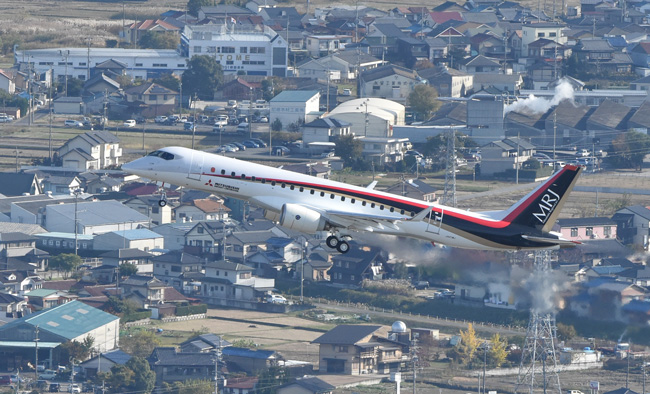 愛知県営名古屋空港から離陸したMRJ