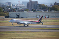 県営名古屋空港を飛び立つMRJ=11日午前9時35分、飯塚悟撮影