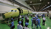 報道公開されたMRJの機体=2013年9月7日午後、愛知県飛島村