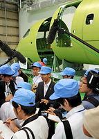 公開されたMRJの前で質問に答える三菱航空機の川井昭陽社長=2013年9月7日、愛知県飛島村