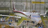 来春に初飛行を予定するMRJ試作機の胴体に主翼が固定された=2014年6月、愛知県豊山町、三菱航空機提供