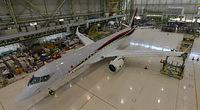 1年後に初飛行を予定しているMRJの初号機には、翼やエンジンが取り付けられた=2014年6月下旬、愛知県の三菱重工業小牧南工場、三菱航空機提供
