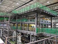 地上試験場では、試験機を覆うように鉄骨が組まれた=2014年8月、愛知県豊山町