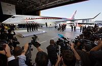 公開されたMRJの飛行試験機初号機を取り囲む報道関係者=2014年10月18日午後、愛知県豊山町、細川卓撮影