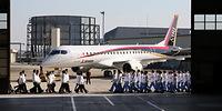 開発関係者とともに姿を現した「MRJ」の飛行試験機初号機=2014年10月18日午後、愛知県豊山町、細川卓撮影