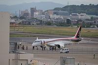 走行試験を行ったMRJ。機体が止まると関係者が集まった=2015年6月8日、愛知県豊山町の県営名古屋空港、吉本美奈子撮影