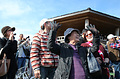 MRJが離陸すると人々から歓声が上がった=11日午前9時35分、愛知県豊山町、吉本美奈子撮影