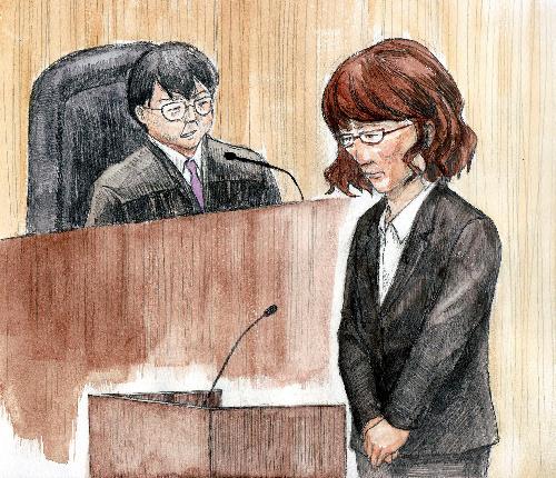 写真:裁判長の判決宣告を聞く斎藤明美被告=27日、東京地裁、絵と構成・仲澤瑞希