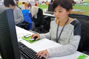 写真:NHNジャパンに勤める金子智美さん(27)は朝から晩までツイッターを眺めている。話しかけるときは、相手の過去のつぶやきをみて語尾や言葉遣いを合わせて親しみを持ってもらうという=東京・渋谷