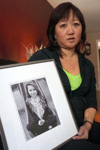 写真:カナダ・ポートコキットラムの自宅で、アマンダ・トッドさんの遺影を手に語る母親のキャロルさん=藤えりか撮影