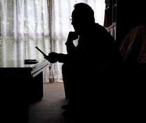 写真:自宅で携帯に届いたメールに目を通す大河内祥晴さん。「私は長い時間かけて打ち込むのに、若い子からはあっという間に返事が来る」=12月29日、愛知県西尾市小島町、越田省吾撮影
