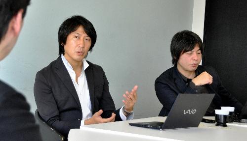 写真:インタビューに答えるニコニコ動画を運営するニワンゴの杉本誠司社長(左)と七尾功政治担当部長=東京都中央区