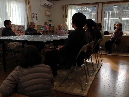 写真:支援物資として届いた卓球台をテーブルに、毎月1回の班長会議を開く被災者たち。卓球台は「テーブルにもできるし、寒い冬でも室内で楽しめるから、みんなでてきてくれるかも」と、要望した品だという=12月2日、宮城県気仙沼市内の仮設住宅