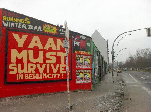 写真:閉鎖に追い込まれた人気のレゲエクラブ「YAAM(ヤーム)」の存続を訴えるグラフィティ。ファンらが署名運動やデモを起こし、ベルリンの壁近くの別の場所への移転が決まった=ベルリン、宮崎園子撮影