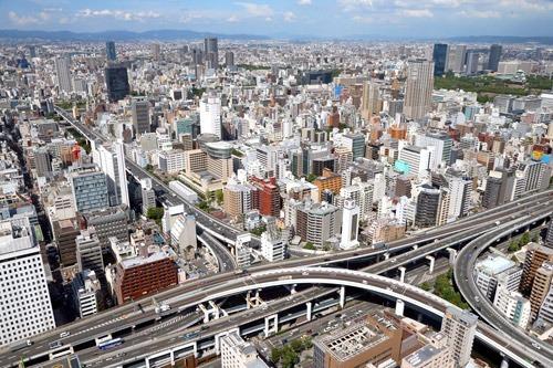写真:右手前から左奥へと南北に延びる阪神高速1号環状線に沿って走る上町断層帯付近。右奥は大阪城=31日、大阪市中央区、朝日新聞社ヘリから、高橋正徳撮影