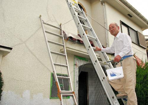 写真:自宅の補修を続ける山下晃さん=横浜市港北区小机町