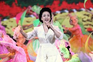 写真:2009年の国慶節を祝う祭典で歌う彭麗媛氏=AFP時事