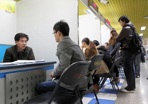 写真:北京の就職紹介所。就職難を背景に繰り返し訪れる学生や、遠方から職探しに来た既卒の若者もいた=13日、北京、樫山晃生撮影
