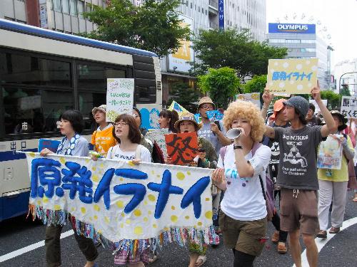 写真:ツイッターの呼びかけなどで集まり、脱原発を訴えて繁華街をデモ行進する若者ら=名古屋市中区