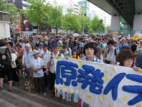 写真:ツイッターなどの呼びかけで集まった脱原発を訴えるデモの参加者=名古屋市中区の若宮大通公園