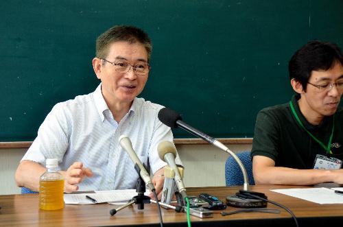 写真:記者会見する神園征市長(左)と地頭所恵副市長=枕崎市千代田町