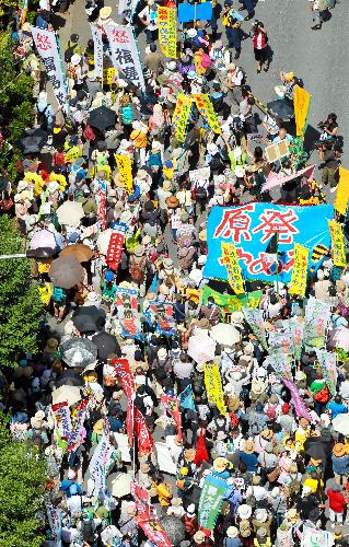 写真:「さようなら原発10万人集会」の会場からデモ行進に出発する参加者たち=16日午後1時40分、東京都渋谷区の代々木公園、朝日新聞社ヘリから、上田潤撮影