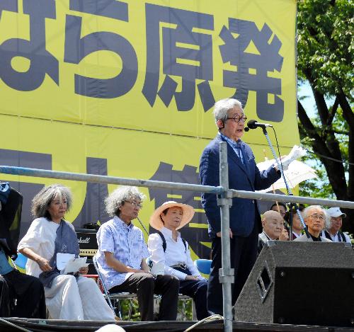 写真:ステージ上から発言する大江健三郎さん(右手前)=16日午後、東京都渋谷区、関口聡撮影